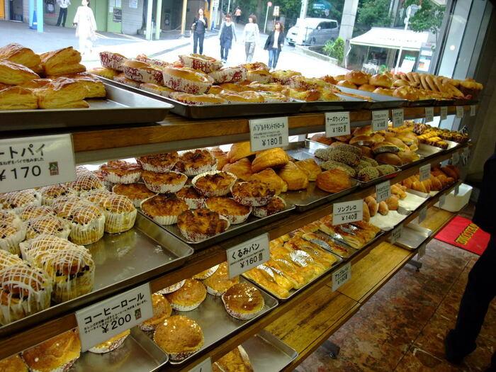 食パンの他に、お惣菜系のパンも豊富です!パン好きな方はわざわざ足を運ぶ価値のある老舗中の老舗のパン屋さんです。