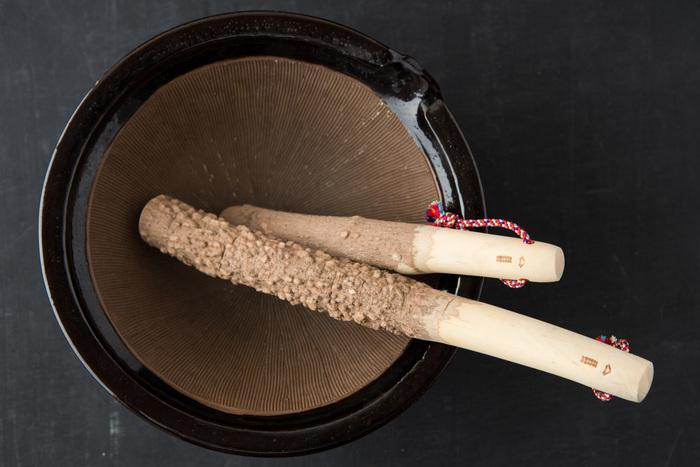 和歌山県の国産の山椒の木で作られたすりこぎです。山椒の木は硬く、耐久性に優れる上に木の表情が独特なのが魅力です。鮮やかな紐は京都の組紐です。