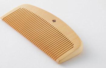 肌に触れるものに木を使う心地よさがあります。ツゲで出来た櫛は丈夫で長持ち。プラスチック製品ではないので、静電気を帯びにくく髪にも優しい。