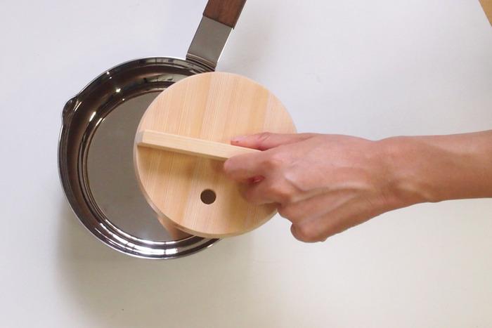 水湿に耐える木曽五木の「さわら」で作られた落とし蓋です。2サイズあるから、普段よく使うお鍋に合わせて選びたい。適度な重さで食材を押さえ、少ない煮汁で味を行きわたらせてくれます。