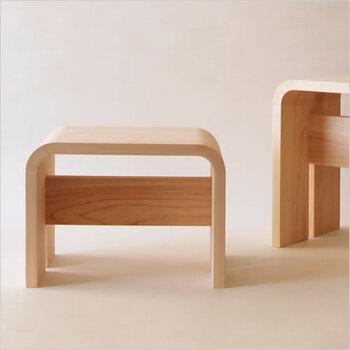 木曽檜で作られたモダンなお風呂椅子は、柔らかく曲げられた曲線が美しく、職人の技を感じさせます。中央に入った一枚の板も印象的。手桶と湯桶、シャンプーラックもシリーズであります。