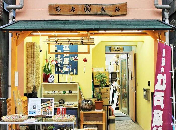はじめにご紹介するのは、江戸風鈴。江戸時代から作られているガラス製の風鈴のことで、昭和30年代に篠原儀治氏が名付けました。大江戸線の新御徒町そばの佐竹商店街にある「篠原まるよし風鈴」では、儀治氏の息子さんが風鈴作りを続けています。