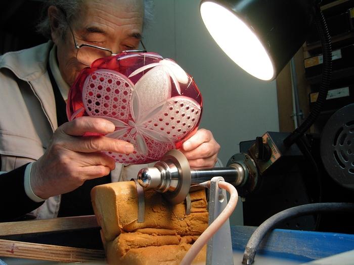 窓ごしに職人さんの技を見学することもできます。江戸切子の特徴はガラスに下絵を描かないこと。職人さんは、ガラスに付けたわずかな線や点だけを頼りに繊細は模様を切り出します。熟練した職人技は息をのむほどの美しさ。