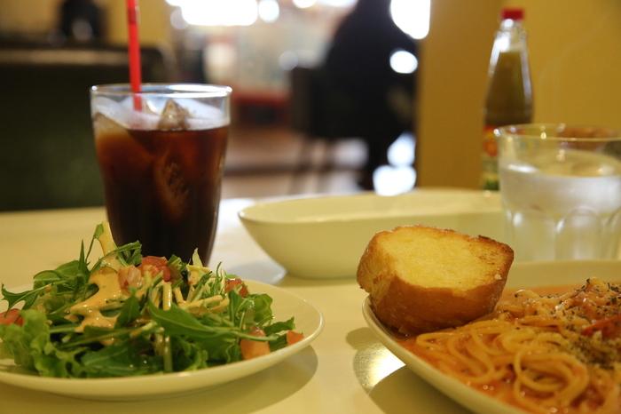 ランチスポットとしても人気のロマロマ。パスタやピッツァなどのお料理メニューのほか、パフェやケーキなどのスイーツメニューも充実しています。