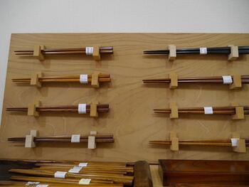 体験教室は不定期で開催されています。1時間ほどで完成する「お箸作り」と、じっくり時間をかけて作る「小物入れ作り」はどちらも人気だそう。指物をより深く体験したい方は「小箱作り」や「腰かけ作り」に挑戦する方も。日常で使える工芸品は、より愛着が増しますね。