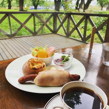 もうひとつ、朝からおいしいパンをいただけるカフェが、8時からオープンする「ピーベリー」。午前中のみいただける「おねぼうセット」をはじめ、充実したパンメニューで人気です。