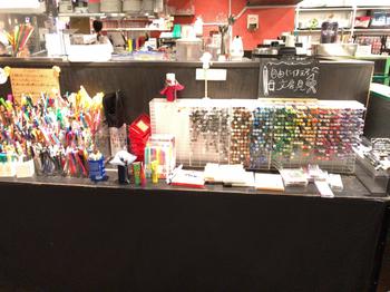 ペン3,500種類、マスキングテープ500種類など、店内には一いろんな種類の文房具がずらり。定番の色鉛筆やクレヨンなど懐かしいものから最新アイテムまで自由に使えます。