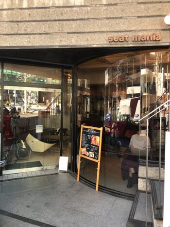 渋谷駅から7分ほど歩いたところにある「Seat mania(シートマニア)」は、その名の通り椅子好きの方なら一度は訪れてみたいインテリアカフェ。