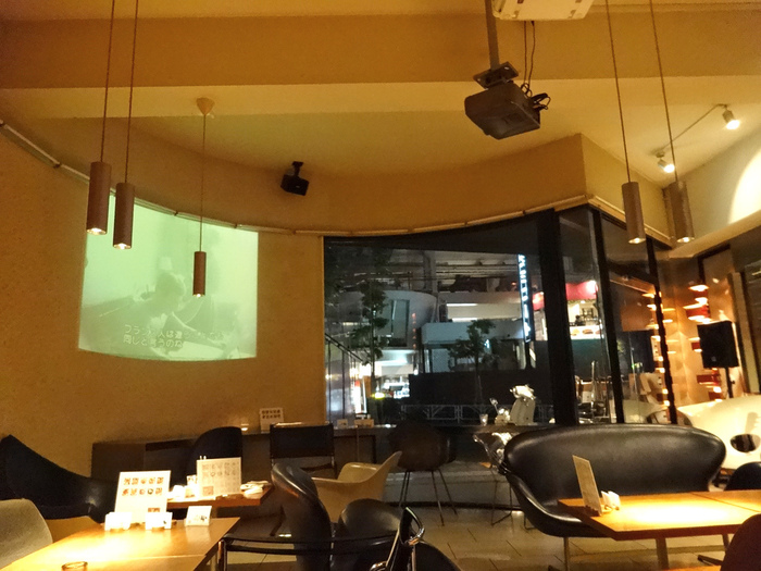 デザイナーズチェアが映えるように、照明にもこだわっています。夜は幻想的な雰囲気に包まれた大人の空間。渋谷の喧噪から離れて、ほっとくつろぎたい時にもおすすめです。