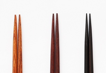 箸先にはおかずを逃がさないための表面加工(ざらざら)が施されて。全長:23.5cm、ポリエステル樹脂塗装。