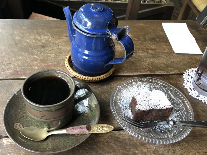 ポットに注がれたコーヒーと濃厚なブラウニー。レトロな器やテーブルもお店の雰囲気にマッチしていて、懐かしい気分に。いろんな音に囲まれる普段の生活から、気持ちをリセットしれくれそうです。
