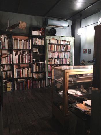 店内の蔵書は、短編集、詩集、写真集や画集・美術書 など幅広いラインナップ。席に持っていって読むのはもちろん、自分の本を持ち込むこともできるので、思う存分読書を楽しみたい方にぴったりの空間です。