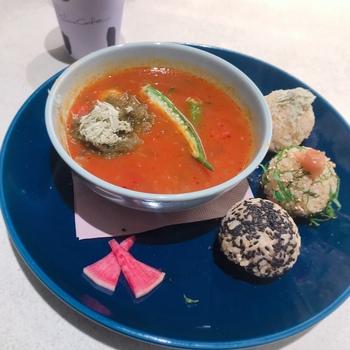 こちらのスープセットには、たっぷりの野菜を使ったミネストローネと3種類の玄米ライスボールがセットになっており、見た目もおしゃれで美味しいヴィーガンメニューが頂けます。