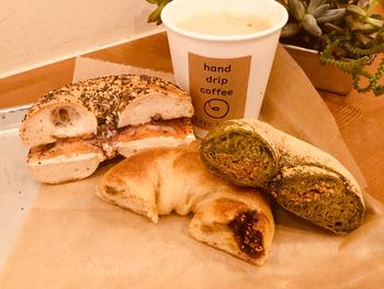 ほかにも、大豆や黒ごま、大麦や玄米などを加えて京都の白みそをトッピングした「五穀みそ」や、自家製黒糖くるみの存在感が楽しい「黒糖くるみ」など、オリジナリティあふれる和ベーグルをぜひ食べてみてください。