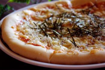 シラスを主役にした和風のピザは、仕上げに海苔をのせたらできあがり。にんにくも利かせた風味豊かな大人のテイストです。