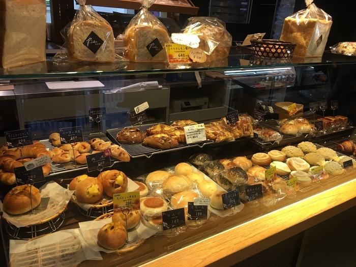 小麦や酵母など素材を活かしたパンが評判で、店内にはハード系からおやつ系、お惣菜系などいろいろなパンが並んでいてとても良い香り。