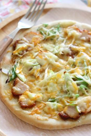 焼豚とネギのトッピングには、マヨネーズ×ポン酢のマヨポンソースで和風仕立に。タバスコもいいですが、七味を振りかけてピリ辛を楽しむのもおすすめです。