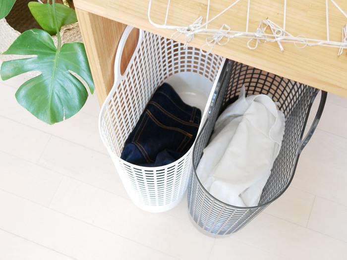 取り込んだ洗濯物をたたんで片付けるのも、結構な仕事量ですよね。後回しにしていると、どんどん時間は過ぎていくだけで、部屋が雑然としたままで片付くことはありません。きちんとたたまなくてもシワにならないものは、取り込みながら片付けることです。引き出しを開けたままにしておいて、ポイポイ放り込んでいけばOK。視界に出しっぱなしにしているより、よほどキレイが続きます。
