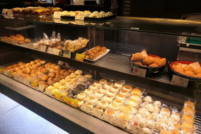 小料理屋さんのような佇まいの店内に入ると、ショーケースにたくさんのパンが並んでいます。次々と焼きたてが並べられるので、どれにしようか迷ってしまうほど。