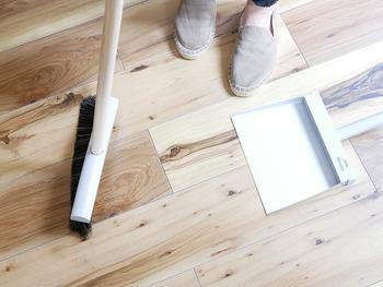 食後の片付けの流れで、テーブルまわりもついでに掃除しておきましょう。食器を下げてテーブルを拭いたら、ホウキとチリトリで床に落ちた食べかすを集めて。コードレスのハンディクリーナーがあると便利ですね。これをやっておくだけで、キレイが続くだけでなく、あとあとの掃除がぐんとラクになります。