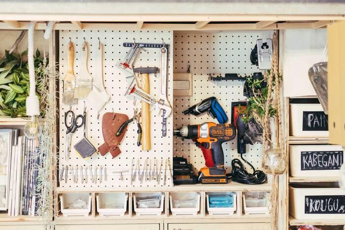 有孔ボードを取り付けて、工具を収納できるようにDIY。細々した収納もDIYで作り、ジャストフィットな収納を実現しています。