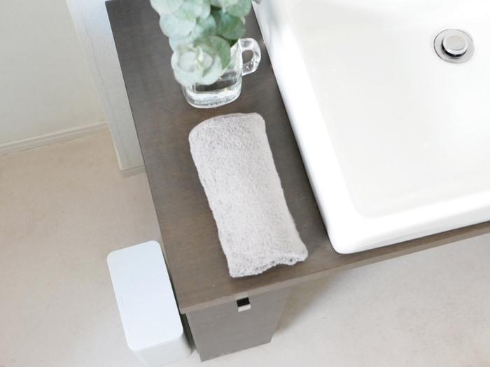 ほうっておくほど頑固になるのが、水回りの汚れ。なかでも使う頻度の高い洗面台は、水滴が周囲に飛び散りがちです。洗面台や鏡、周囲の壁や床など、使った人が使ったついでにサッと拭き取ります。使い古したタオルや手ぬぐいなど、拭き取り用のウエスを常備しておくとよいでしょう。