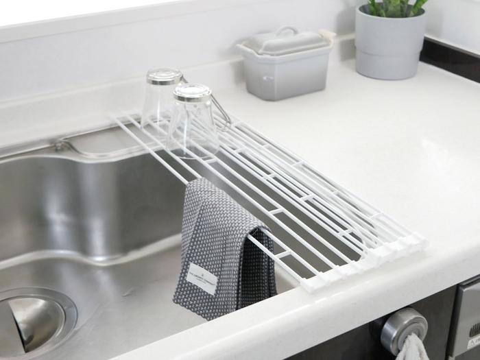 調理中はなにかと洗い物が出てきますよね。シンクや調理台が洗い物でいっぱいになると、作業が滞ってしまいます。時短にするためには、使ったものはそのつど洗う、出したものは片付けるようにすることです。見た目がスッキリするだけでなく、思考もクリアになり、作業がスムーズにはかどるようになります。