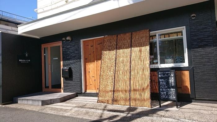 平和島の住宅街に2019年4月にオープンしたばかりの「題名のないパン屋」は、老舗佃煮・惣菜専門店「佃浅商店」が手がけていることでも注目されています。売り切れてしまうことも多いので、早めに来店するのがすすめ。
