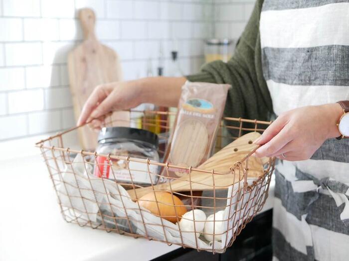 買い物から帰り、食材を冷蔵庫やパントリーにしまうついでにできることがあります。それは、ゴミになる包装を剥がしておくこと。賞味期限など必要な情報が分かるようにしておけば、余計な包装や入れものは予め処分しておくのです。使いたいものを使いたいときに、1アクションで取り出せて時短につながります。