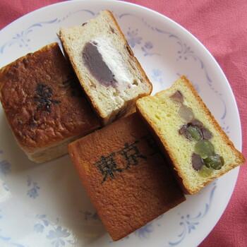 """看板商品の「東京レンガ」は、東京駅のシンボル・赤レンガをモチーフにした形の小豆入りのパンに、こし餡と特製ホイップクリームが2層になっています。もうひとつの「東京豆煉瓦」は数種類お豆が入っていて甘さ控えめ。カットした断面が美しく、どちらも""""東京""""の焼き印が押されているので、手土産にもぴったりです。"""