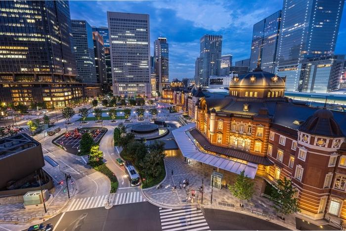 東京駅舎もこんなに間近。上から眺めると、また違った雰囲気ですね。新旧入り交じった丸の内の美しさを堪能できるのではないでしょうか?