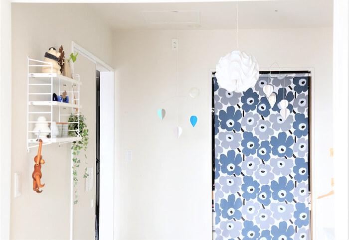 襖をウニッコ柄のロールスクリーンにチェンジ。柄物のテキスタイルカーテンでも、お部屋のアクセントになってとっても素敵です。賃貸なら穴を開けずに取り付けられるタイプのものや、突っ張り棒にカーテンを吊るすだけでもOK。