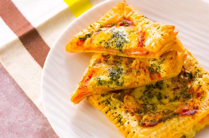 冷凍パイシートを使ったサクサクの食感が楽しいピザ。パイシートで具材を挟んで、上にソースやチーズをのせて焼くだけ。シンプルな材料ですが、バターの風味が感じられるおしゃれなお食事系ピザです。