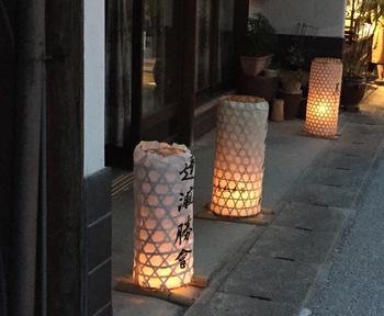 毎年8月の夏になると足助の街並みで行われるのが「たんころりんの夕涼み」です。街道沿いに、竹かごを円柱に組み、和紙を貼った温かみのある円筒形の灯りを並べることで、幻想的な街の様子を楽しむことができます。