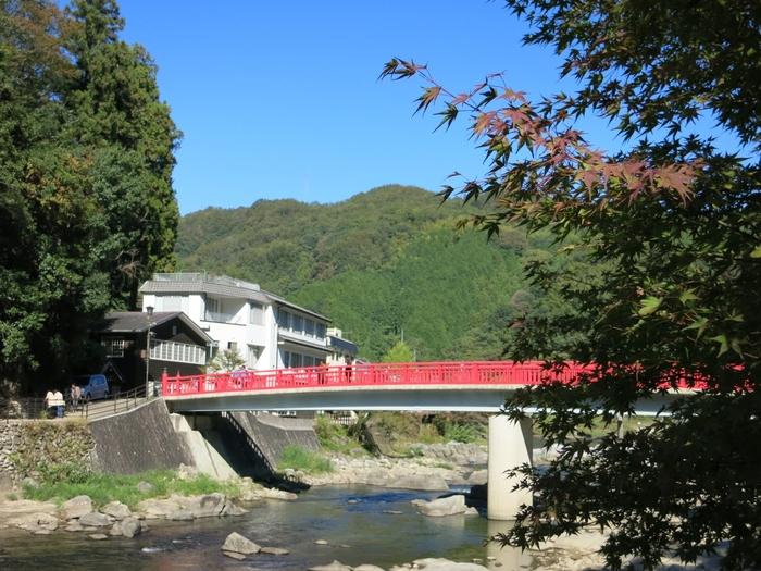 香嵐渓のシンボルである待月橋のふもとに位置しており、紅葉の季節には窓から絶景を眺められる旅館です。足助の観光拠点としても大変便利です。