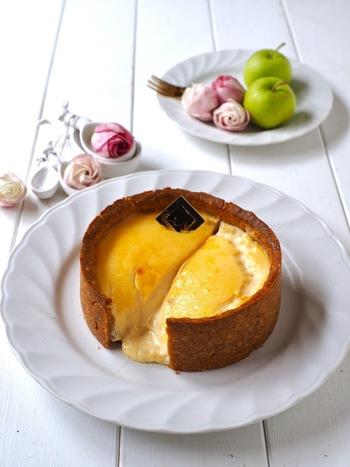 リッツと卵だけで作ったタルトにチーズ生地を合わせたチーズタルト。焼きあがったら仕上げにジャムを塗ると美味しさもアップ。半生のとろとろチーズとサクッとした食感が最高です。