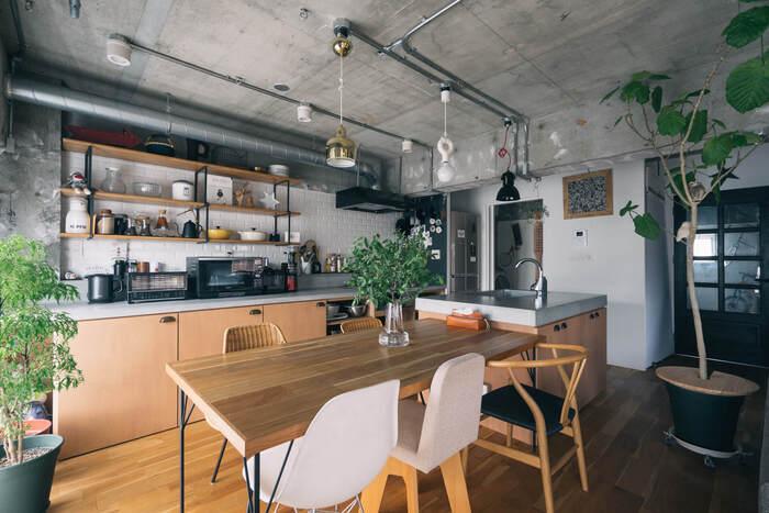 最近人気のオープンタイプは、キッチンが丸見えになってしまうものの、開放的でスムーズに動きやすいことがメリットです。使いやすいキッチンを目指すなら、家事動線を意識した設計にすることが重要。買い物から帰って食材がしまいやすく、すぐ近くに調理スペースがあれば家事の流れがスムーズになりそうですね。