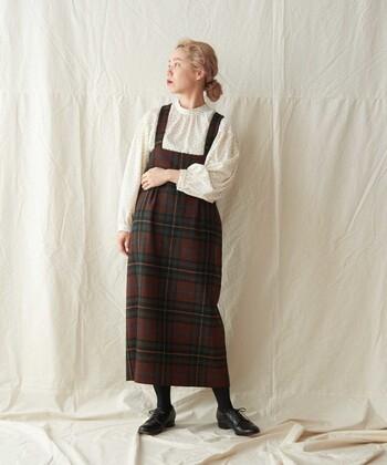 厚みのある生地を使った、あたたかなジャンパースカート。落ち着いた秋色の大きなチェック柄はトラッド感のある着こなしを作ります。