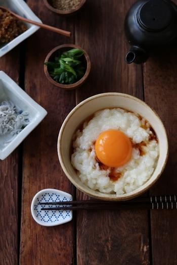 材料はいつもの卵かけご飯と同じですが、ちょっとひと手間加えて卵白だけを菜箸で混ぜてふわふわに。ほわほわと口の中でほどけるような食感が絶品です。