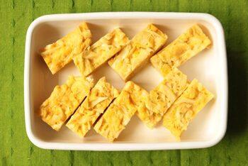 レンジだけで作れるキャベツのオムレツは、お子さまも野菜が食べやすくなるお弁当にもおすすめの常備菜。ごま油と鶏ガラスープの風味が豊かで、大人もおいしく食べられます。