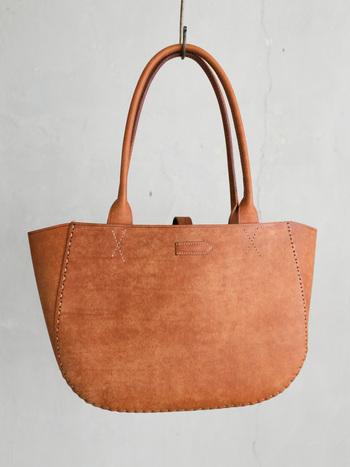 トスカーナ地方の伝統に基づいて、時間をかけて大切に作られた革は、使い込むほどに味わい深い色や風合いに。手縫いで丁寧に作られていて、ステッチのひとつひとつまで愛しく思えそう。