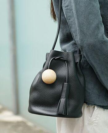 シボのある柔らかな革が、キュッと結べる巾着バッグに。底が円形になっているため、見た目よりも収納力があります。BUILDING BLOCKというブランド名に因んだ「積み木」のモチーフも注目を集めそう。