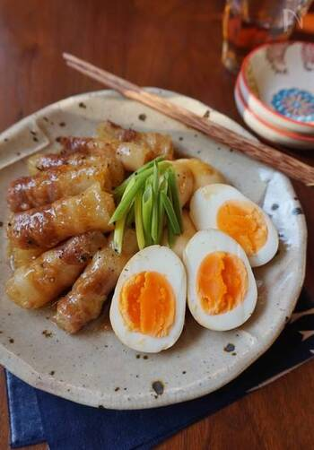 スティック状に切った大根に豚バラ肉を巻き付け、ゆで卵と一緒に甘辛く煮詰めたレシピ。柔らかくとろけるような大根と、こってりと甘辛いタレでご飯が進みます。
