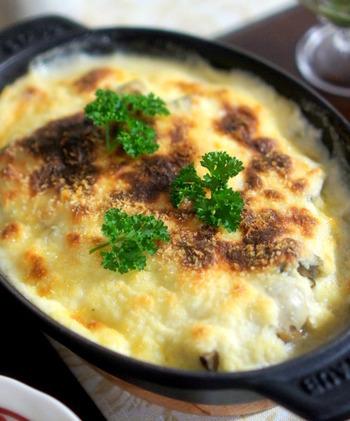 ココット鍋に具材とホワイトソースを入れてオーブンでこんがりと焼くだけ。グラタンは、あつあつココットのままテーブルに出せるごちそうメインですが、作り方は意外と簡単。白菜と牡蠣の組み合わせは、これからの季節においしいですね。