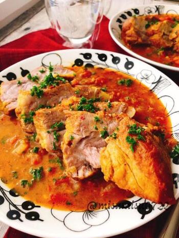 無水調理は、ココット鍋ならではの得意料理。肉をかたまりのまま煮込む無水カレーはいかがでしょう。コツは、肉に塩を揉み込んで1~2日ほど寝かせておくこと。カレーというよりも、本格的な肉料理といえそうですね。