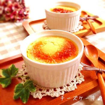 ココット皿は、気軽なお菓子作りにも重宝します。写真のようなチーズケーキもオーブントースターで簡単にできます。時短なのがうれしいですね。