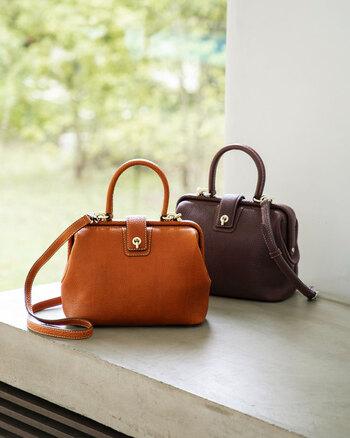 しっとりとした質感の革で作られているこちらのバッグは、昔の郵便配達員が持っていた鞄をイメージしたとだけあって、レトロな可愛らしさも。小ぶりなのに収納力があり、ショルダーバッグとしても、ハンドバッグとしても使えるのが嬉しいですね。