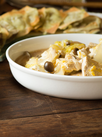 手軽に作れるメイン料理の「白菜と豆腐の卵とじ」。ヘルシーな食材でお肉がなくてもしっかりボリュームのあるおかずは、子供はそのまま、大人はラー油をかけてピリ辛に。