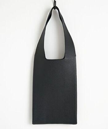 柔らかで上質な革なのに、お買い物袋風のフォルムが意表を突くバッグ。シンプルながらも洗練されており、合わせるコーデを選びません。