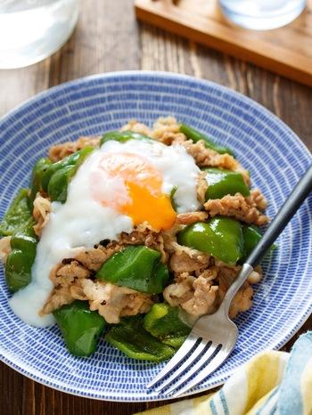 ピーマンをまるっと1袋使ったご飯が進むおかずは、豚バラと一緒にフライパンでサッと炒め、しょうがたっぷりの甘辛ダレを絡めるだけの簡単レシピ。甘辛タレに温泉卵がよく合います。